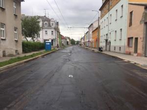 Na Dobrovodské už se bude pokládat asfalt. Uzavírka končí k poslednímu květnu