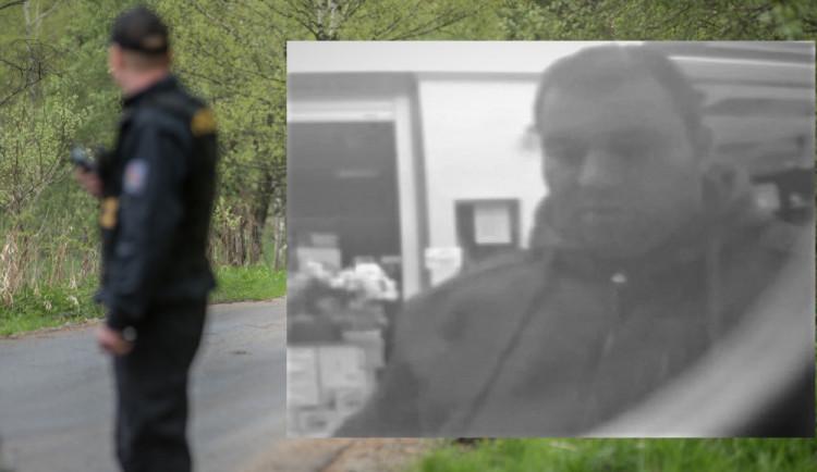 Policisté v souvislosti s trestnou činností pátrají po muži z fotografie