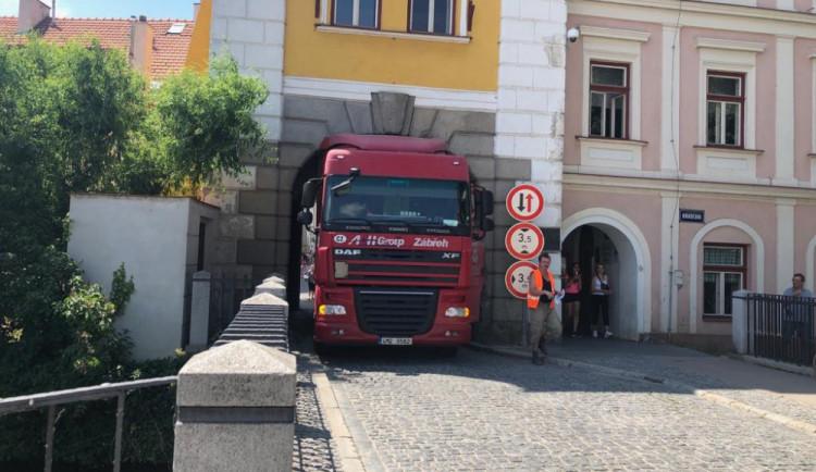Kamion včera zablokoval průjezdu Hradeckou bránou. Situace se může opakovat