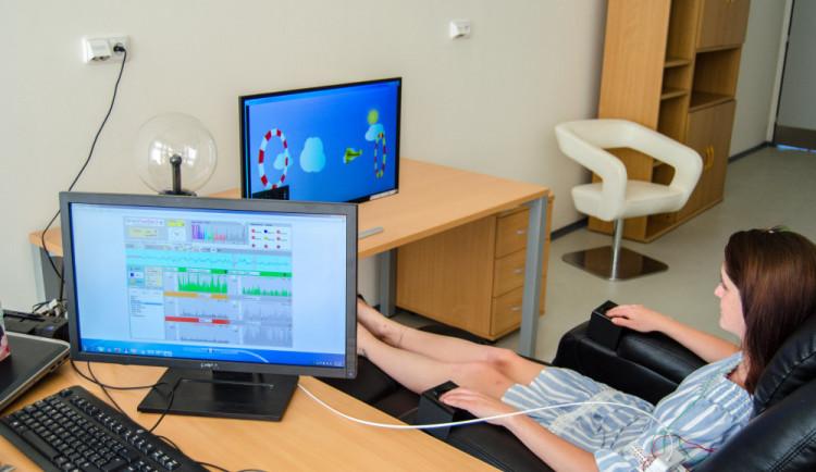 V laboratořích VŠTE se lze naučit zvládat stres i deprese a zlepšit paměť nebo sebekontrolu
