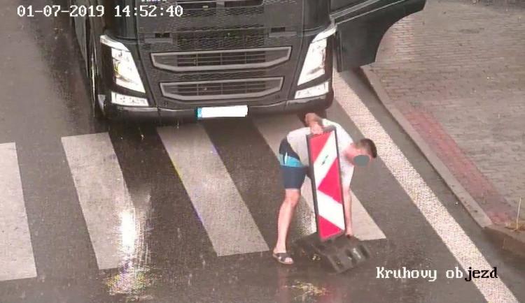 FOTO: Řidič kamionu si s uzavírkou silnice v Třeboni těžkou hlavu nedělal. Odstranil zábrany a jel