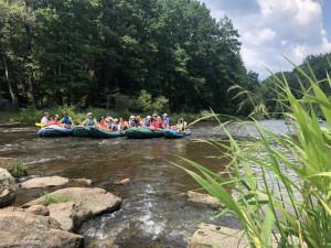 Vltavu na jihu Čech plní tisíce vodáků, u jezů museli i čekat