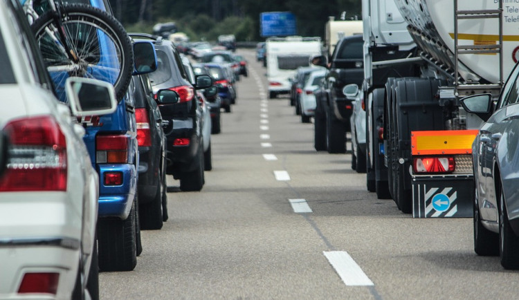 Sněmovna schválila zavedení elektronických dálničních známek. Zdražovat se nebudou
