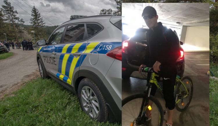 Táborští policisté pátrají po cyklistovi na fotografii. Může pomoct objasnit vyšetřovaný případ