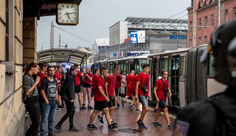 FOTO/ VIDEO: Sparťanští fanoušci dorazili do Budějc. Příjezd se obešel bez komplikací