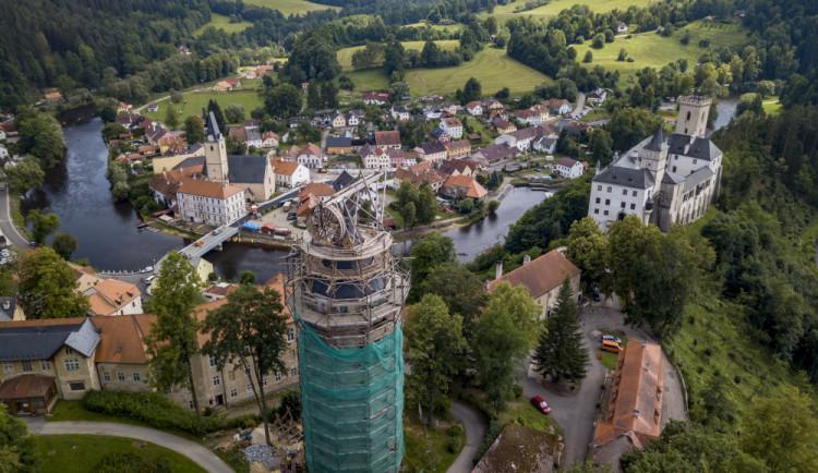Experimentální část obnovy věže Jakobínka v Rožmberku končí. Replika středověkého jeřábu se v těchto dnech rozebírá
