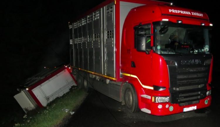 Na Prachaticku se převrátil náklaďák, u nehody zasahoval i veterinář
