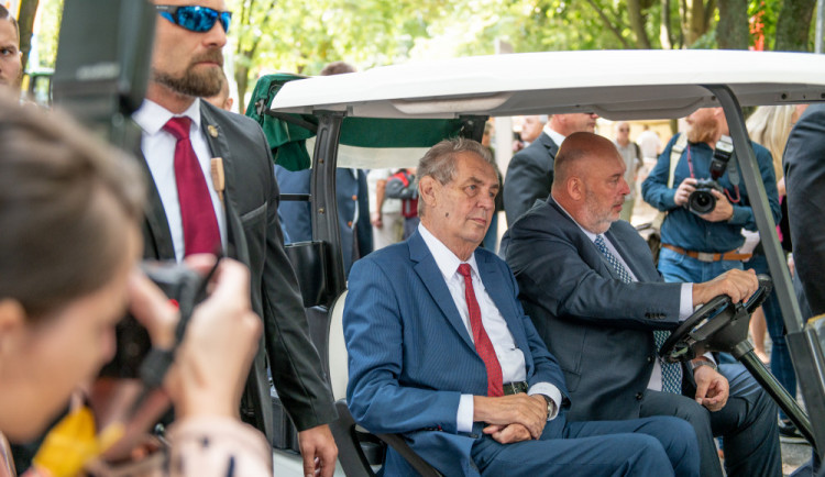 Zeman přijel na Živitelku v golfovém vozíku. V proslovu kritizoval Martina Bursíka