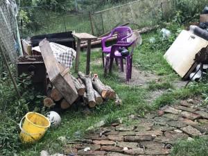 Dvaadvacetiletý muž v hádce ubodal známého, jeho tělo ukryl na zahradě a zaházel odpadky