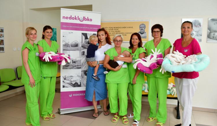 Spolek Nedoklubko věnoval budějcké nemocnici pelíšky Neobed