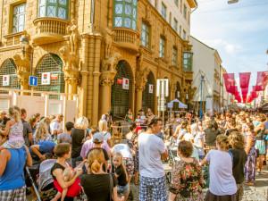 FOTO: Plné ulice, skvělé jídlo a pití, nabitý program. Prázdniny ukončil pouliční festival
