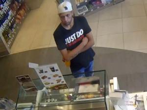 Mladík se pokusil zaplatit kradenou kreditkou, hledají ho policisté