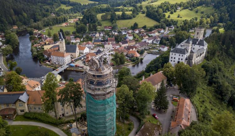 Střechu věže Jakobínka ozdobí plechová makovice