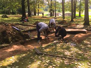 Archeologové našli v Letech hrob vězeňkyně a hrobové jámy