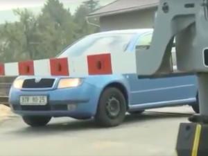 VIDEO: Ministerstvo dopravy radí řidičům co dělat, když zůstanou stát na železničním přejezdu