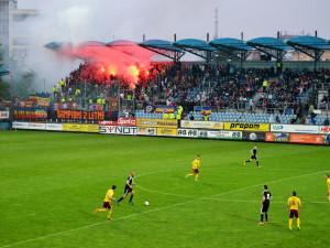 Pyrotechnika na stadionech má být přestupkem až za padesát tisíc korun