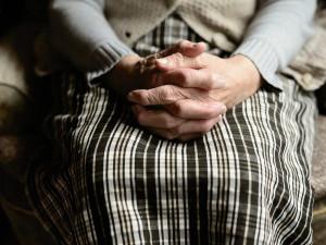 Důchodci si od ledna polepší o 371 korun