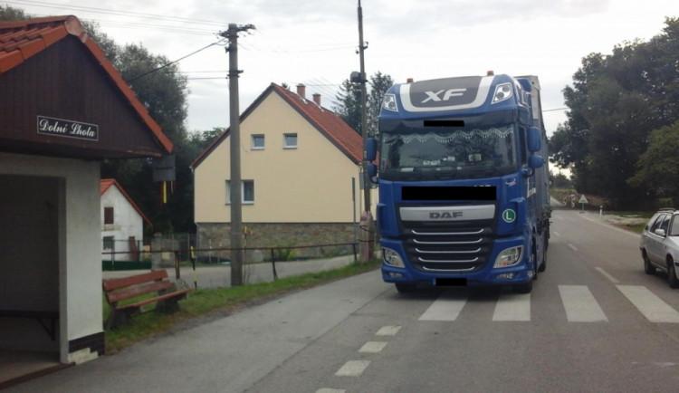 Řidič patnáctitunového kamionu vjel do zákazu, pak nadýchal více než dvě promile