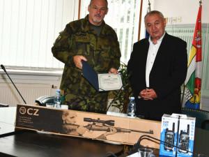 Kraj věnoval armádě vysílačky, vzduchovky a další předměty za 148 tisíc