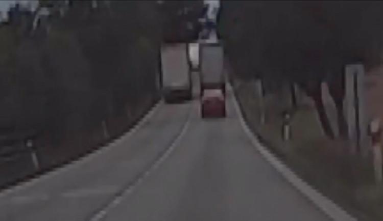 VIDEO: Řidič kamionu předjížděl u Vodňan přes plnou čáru další kamion. Incident řeší policie