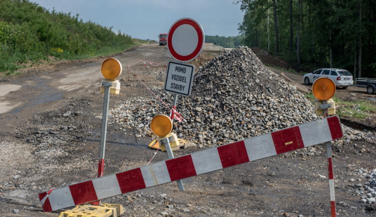 Opravy silnic a přejezdu omezují dopravu u Třeboně a Krumlova