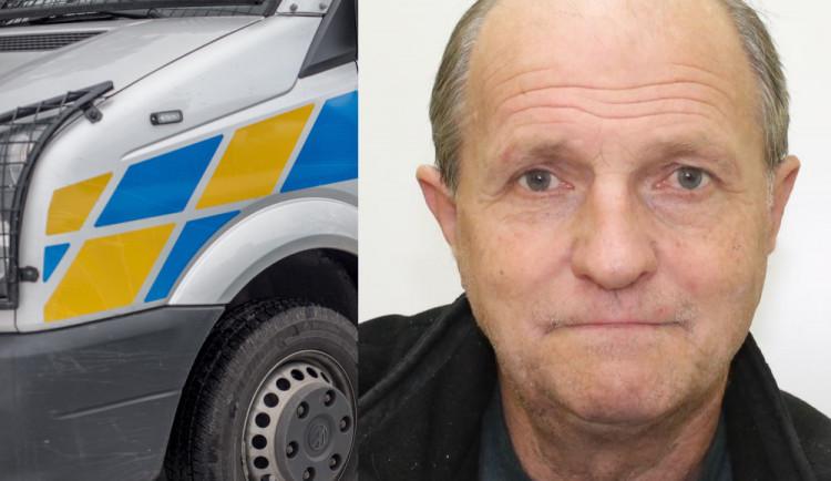 Kriminalisté pátrají po starším muži, odešel z baru a dosud se nikomu neozval