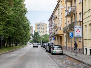 Bydlíte v oblasti plánovaného rozšíření parkovacích zón na Pražském předměstí? Zažádejte si o parkovací oprávnění