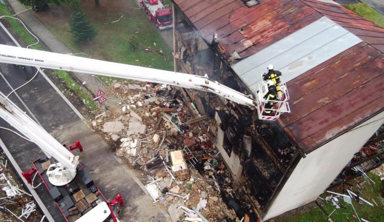 Lidé nabízejí pomoc obyvatelům domu, ve kterém došlo k výbuchu