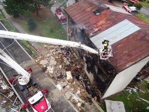 VIDEO: Záběry na zdemolovaný dům z dronu. V nemocnici zůstává po výbuchu pět zraněných