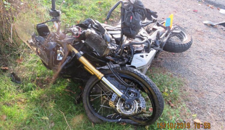 Motorkář narazil do osobního auta, během převozu do nemocnice zemřel