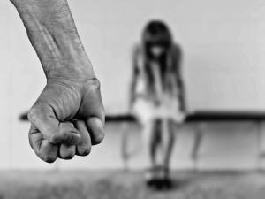 Muž opakovaně napadal bývalou přítelkyni, je trestně stíhán