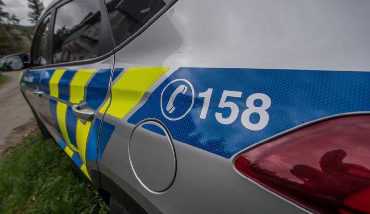 Řidička nacouvala osobákem do auta policie, nadýchala dvě a půl promile