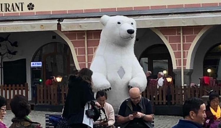 Obří lední medvěd a bublinář se přesunuli z Prahy do Českého Krumlova. Ten atrakce zakázal