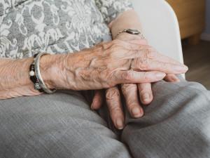 Zmatená seniorka se objevila v domově důchodců na Vltavě, tvrdila, že bydlí v Krumlově