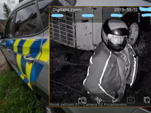 Zloděj šel krást v motorkářské přilbě, pátrají po něm policisté