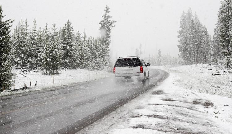 Silnice na Hochficht, po níž jezdí lyžaři, bude přes noc zavřená