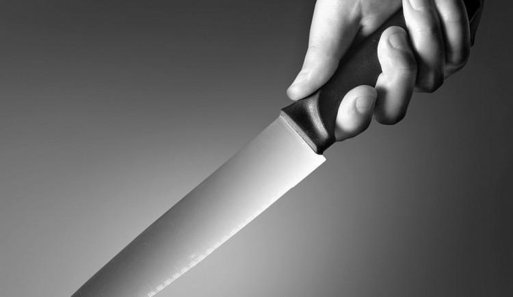 Muž chtěl přespat v nemocnici, zaměstnance ohrožoval nožem