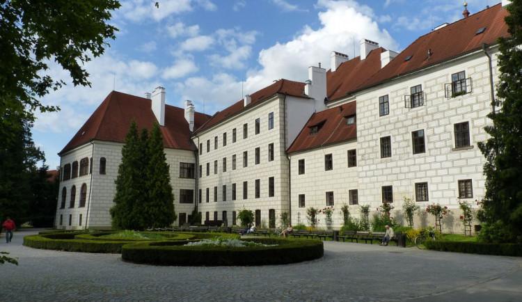 Třeboňský zámek promění cesty v parku, roste mu návštěvnost