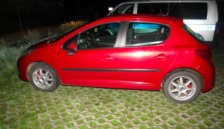 Opilý mladík, který vezl na kapotě auta svého kamaráda, je trestně stíhán
