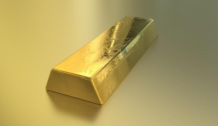 Neznámý zloděj se vloupal do bytu, z postele ukradl zlaté cihly
