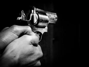 Zastavil auto a na řidiče mířil pistolí. Sedmatřicetiletý muž skončil na psychiatrii