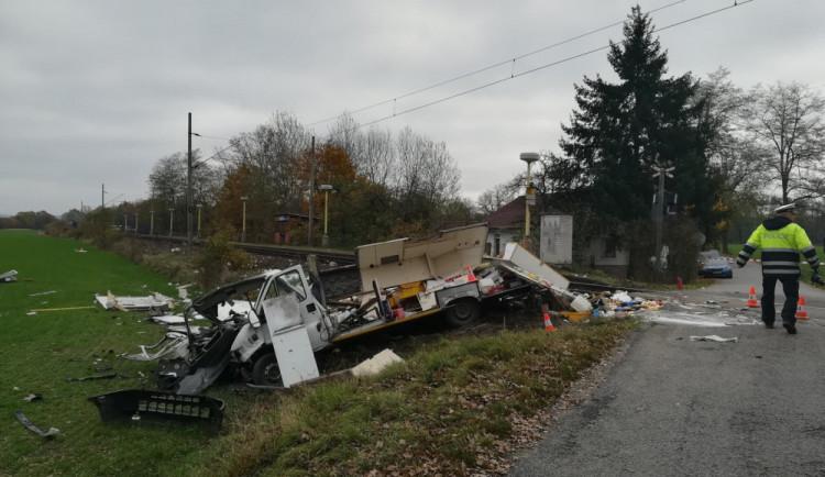 VIDEO: Dodávka se na Strakonicku srazila s rychlíkem, řidič auta je těžce zraněn