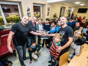 FOTO: V Plané pokřtili charitativní kalendář hasiček a fotbalistů