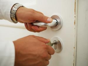 Klíč schovaný v květináči usnadnil zloději práci, z bytu ukradl čtrnáct tisíc korun