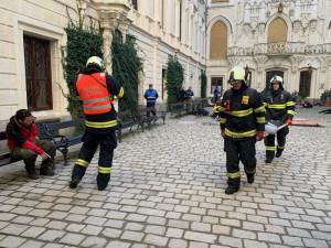 VIDEO: Výbuch, křik a desítky zraněných. Cvičení na Hluboké simulovalo zásah u exploze