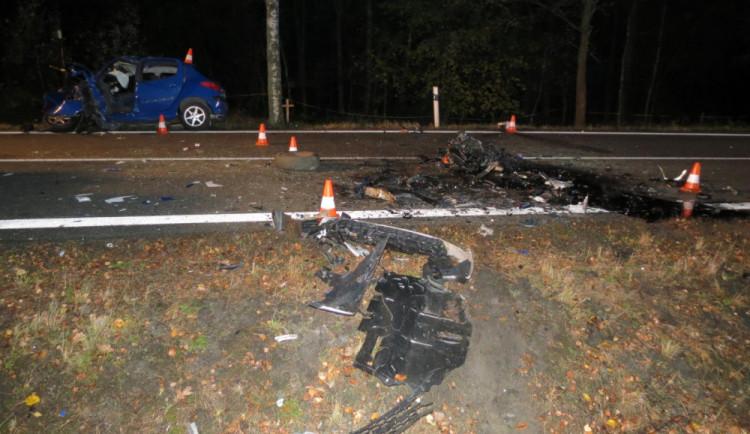 Při večerní nehodě se těžce zranil mladý řidič osobáku, na místě přistával vrtulník