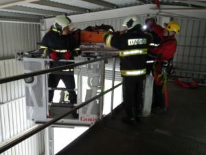 Písečtí hasiči za sebou mají dvě taktická cvičení, v jednom případě spadl člověk do sila