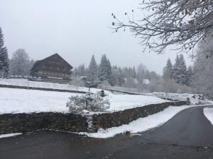 Na Šumavě se objevil první sníh. V neděli se může na silnicích tvořit námraza