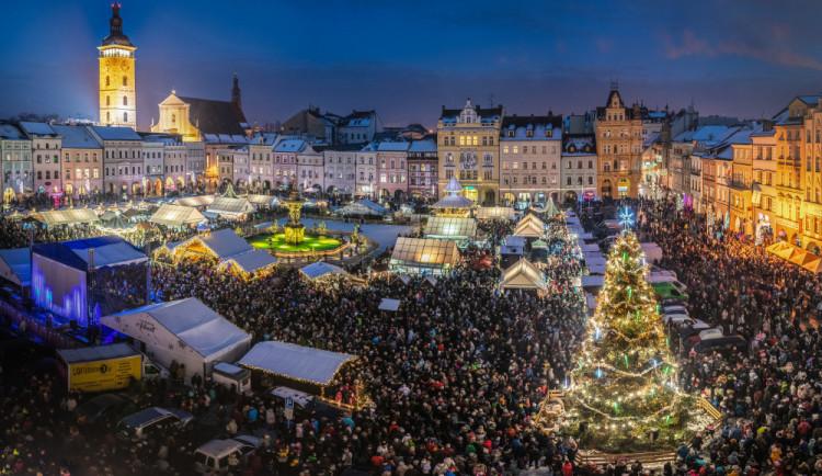 Vánoční strom se na náměstí usadí příští týden. Věnovala ho rodina z Mladého