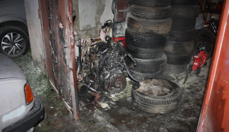 Při požáru v Týně se popálili tři nezletilí, jeden skončil v pražské nemocnici
